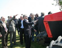 Περισσότεροι ήταν οι κοστουμάτοι και οι κάμερες από τους πραγματικούς αγρότες στον εορτασμό της επετείου του Κιλελέρ