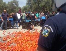 Έπεσαν... ντομάτες κατά την επίσκεψη Τσιρώνη στο Τυμπάκι