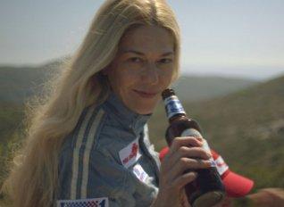 Κέρνα μία Amstel: Η νέα καμπάνια που σπάει τα στερεότυπα