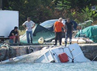 Πρωτοφανές ατύχημα στο λιμάνι Μαρώνειας με τράτα που εμβόλισε καΐκια