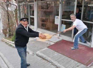 Έτσι παίρνουν το ψωμί από φούρνο στην Κοζάνη λόγω κορωνοϊού!
