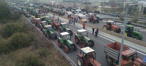 Κλιμακώνονται οι αγροτικές κινητοποιήσεις με μπλόκα σε όλη τη χώρα