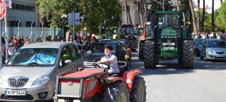 Ξεχωριστό μπλόκο στήνει μερίδα αγροτών από τα Τρίκαλα στον κόμβο Τρικάλων-Καλαμπάκας (ΟΑΕΔ)