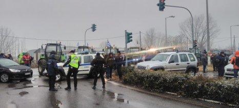 Έξω από τις Σέρρες έχουν παραταχθεί τρακτέρ και περιπολικά - η αστυνομία εμποδίζει το δρόμο για Προμαχώνα