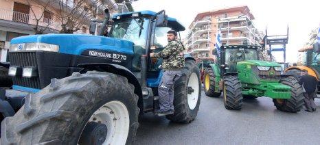 Συμβολικά απέκλεισαν σήμερα οι αγρότες την Τράπεζα Πειραιώς στον Λαγκαδά