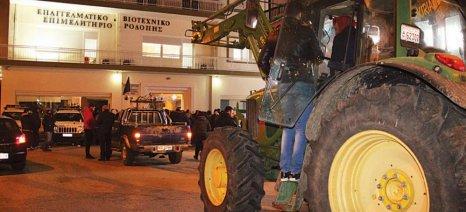 «Πομπή» από τρακτέρ υποδέχθηκε με συνθήματα και φωτοβολίδες τον Πετρόπουλο στην Κομοτηνή