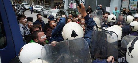 Δακρυγόνα και γκλομπ κατά των αγροτών στο Ηράκλειο, έξω από το Επιμελητήριο όπου μίλαγε ο Βορίδης