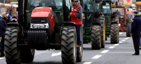 Ζεσταίνουν τις μηχανές των τρακτέρ οι αγρότες του Αιγίου