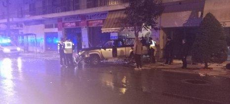 Αγροτικό αυτοκίνητο καρφώθηκε στη τζαμαρία καφενείου στη Νέα Δημητριάδα – Από τύχη γλίτωσαν οι θαμώνες