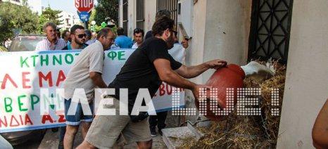 Με σανό και γάλα κατά της Αποκεντρωμένης Διοίκησης στον Πύργο διαμαρτυρήθηκαν οι αγρότες της ΟΑΣΗ