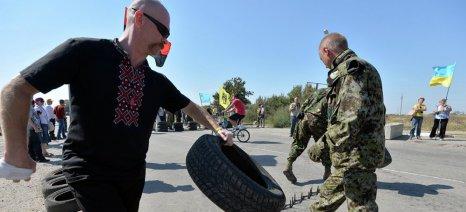 Μπλόκο στα φορτηγά με φρούτα από ακροδεξιούς εξτρεμιστές στην Κριμαία