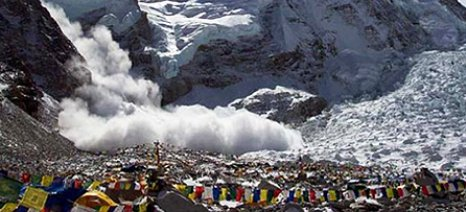 Ο σεισμός στο Νεπάλ ανύψωσε το Κατμαντού και κόντυνε τα Ιμαλάια