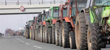 Αγρότες με τρακτέρ έχουν συγκεντρωθεί στην είσοδο Πολυκάστρου