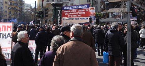 Σε αναμονή των ομιλητών, αστυνομία και συγκεντρωμένοι στην πλατεία Βάθη