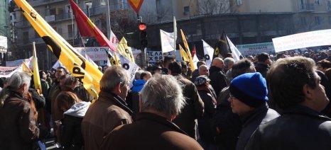 Πορεία προς το Σύνταγμα από αγρότες και υποστηρικτές, με επίδοση ψηφίσματος στη Βουλή