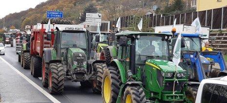Έξαλλοι κατά του Μακρόν οι Γάλλοι αγρότες μπλόκαραν τον περιφερειακό του Παρισιού και διαδήλωσαν στα Ηλύσια Πεδία