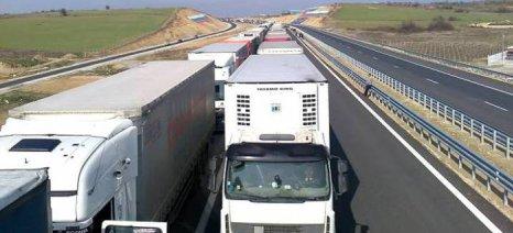 Ουρά 17 χιλιομέτρων από φορτηγά έχει σχηματιστεί έξω από τον Προμαχώνα - δείτε βίντεο με drone