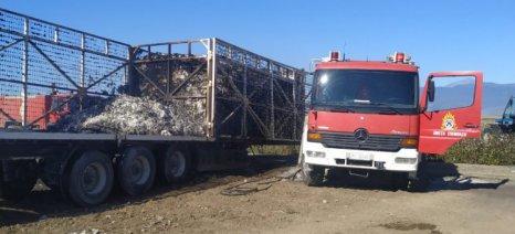 Δύο καρότσες φορτωμένες με βαμβάκι έπιασαν φωτιά στη Λάρισα
