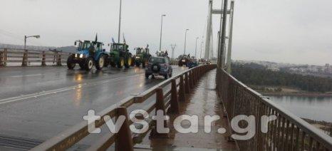 Οι αγρότες της Εύβοιας έκλεισαν χθες την υψηλή γέφυρα στη Χαλκίδα