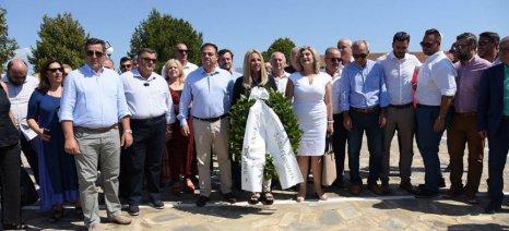 Στεφάνι στο «Μνημείο του Αγρότη» στο Κιλελέρ κατέθεσε η Γεννηματά στα πλαίσια της επετείου από την ίδρυση του ΠΑΣΟΚ