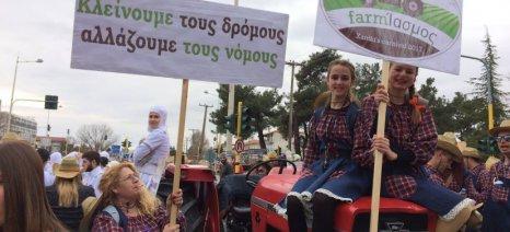 Θέμα σε άρμα καρναβαλιού τα μπλόκα των αγροτών
