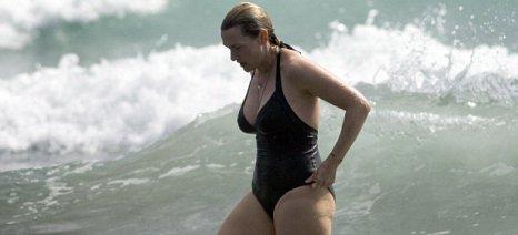 Η Κέιτ Γουίνσλετ απολαμβάνει το μπάνιο και τα ... κιλάκια της