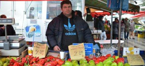 Ο Σταθάκης εξετάζει να αλλάξει το θεσμικό πλαίσιο για να δοθούν άδειες για υπαίθριο εμπόριο σε νέους παραγωγούς