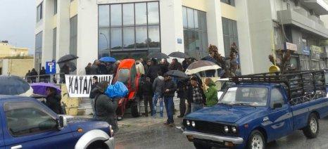 Με πανό και τρακτέρ στον ΟΓΑ, με ντομάτες και αυγά στα γραφεία του ΣΥΡΙΖΑ, επιτέθηκαν οι Κρητικοί