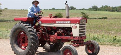 Θεώρηση αδειών οδήγησης τρακτέρ κάθε τρία χρόνια σε αγρότες άνω των 65 ετών