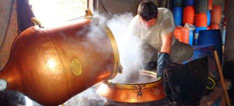Τι εξετάζει η ΑΑΔΕ για να διευκολύνει τους διήμερους παραγωγούς τσίπουρου