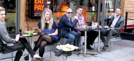 """""""Ιπτάμενοι"""" σερβιτόροι σερβίρουν το φαγητό σε εστιατόριο στη Σιγκαπούρη"""