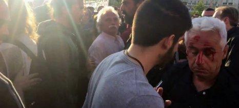 Θύμα ξυλοδαρμού από διαδηλωτές ο Χρήστος Σιδερόπουλος κατά τη χθεσινή συγκέντρωση στο Σύνταγμα