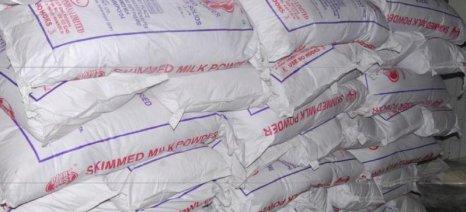 Τρόπους για να απαλλαγεί η Ευρώπη από το απόθεμα σκόνης γάλακτος 380.000 τόνων αναζητεί η Κομισιόν