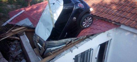 Ακυβέρνητο αυτοκίνητο «προσγειώθηκε» σε... στέγη!