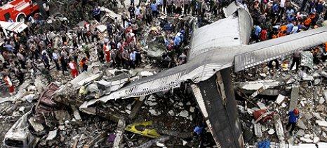 141  νεκροί από τη συντριβή  στρατιωτικού αεροσκάφους στην Ινδονησία