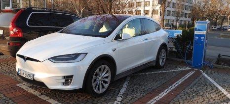 Τις ελληνικές πόλεις που θα υπάρχει δυνατότητα φόρτισης γνωστοποίησε η Tesla - Ο «Δημόκριτος» την καλωσόρισε στο πάρκο «Λεύκιππος»