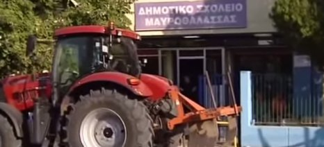 Οι αγρότες στη Μαυροθάλασσα «πάρκαραν» τα τρακτέρ τους στα εκλογικά τμήματα